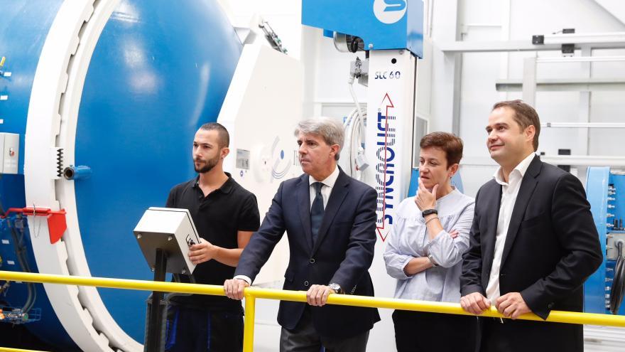 Garrido visita las instalaciones de la empresa madrileña líder del sector que trabaja con las agencias espaciales internacionales