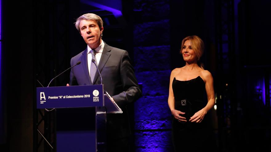 El presidente Ángel Garrido con la actriz Cayetana Guillén, que ha presentado la gala de entrega de premios