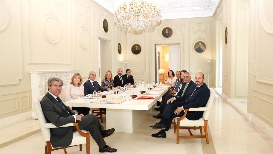 Garrido y todos los consejeros sentados mirando a cámara en una sesión del Consejo de Gobierno