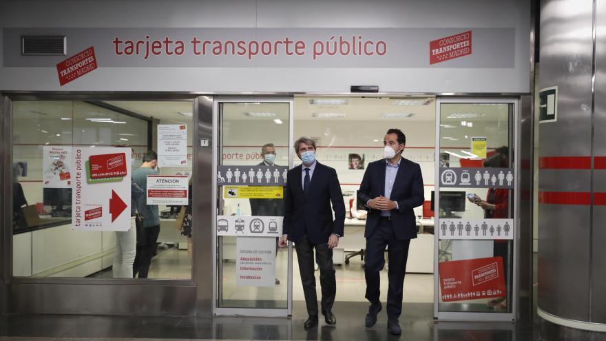 Aguado durante su visita a una de las oficinas de transporte público