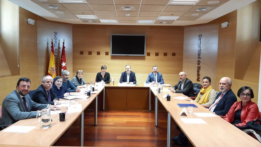 Alberto Reyero durante la reunión con la patronal y los sindicatos para mejorar la atención a los mayores