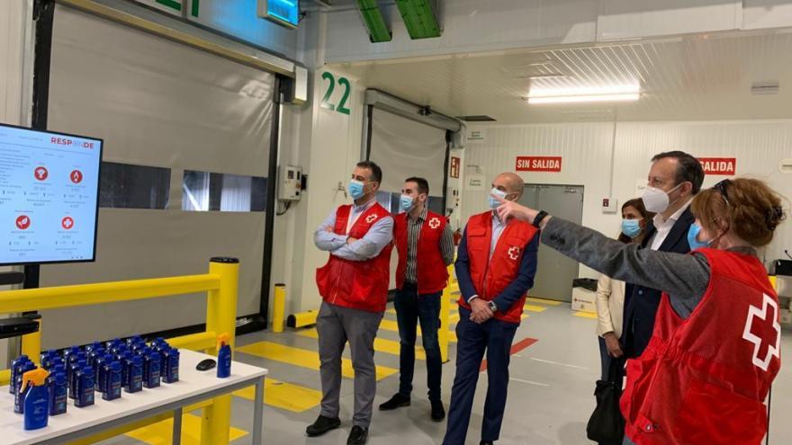 Alberto Reyero durante su visita a un hangar de Cruz Roja