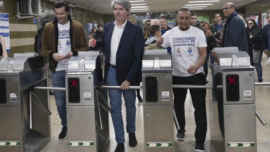 Ángel Garrido con Roberto Carlos y Santiago Solari en Metro de Madrid