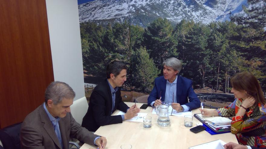 Ángel Garrido durante su reunión con el alcalde de Alcalá de Henares