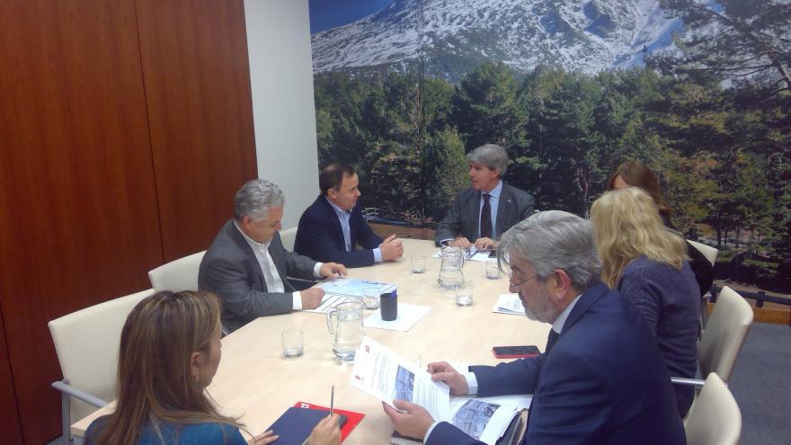 Ángel Garrido durante la reunión con el alcalde de Coslada