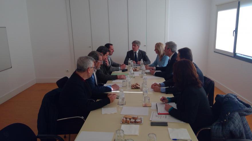 Ángel Garrido durante la reunión con los alcaldes de Tielmes, Ambite, Carabaña, Orusco y Perales de Tajuña