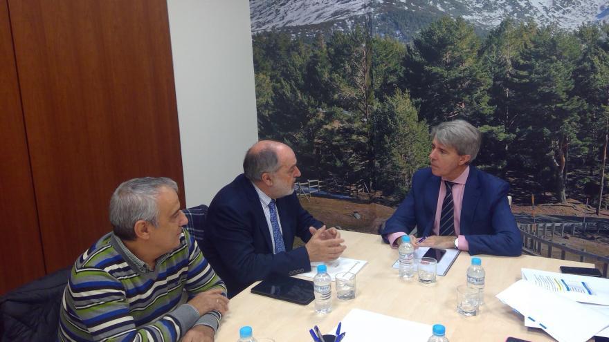 Ángel Garrido durante la reunión con los alcaldes de Valdepiélagos, Navas del Rey y Chapinería