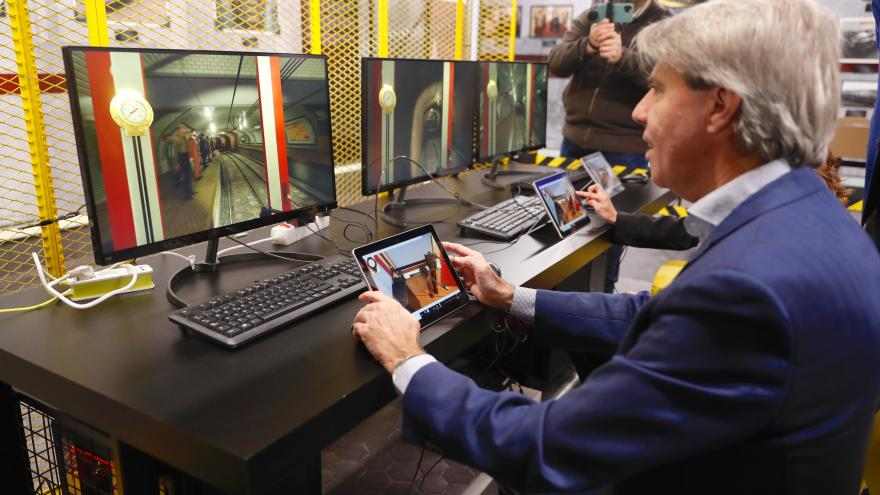 Ángel Garrido durante su visita a la nueva zona interactiva de Metro de Madrid