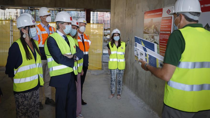 Ángel Garrido durante su visita a las obras de la nueva sede de Metro