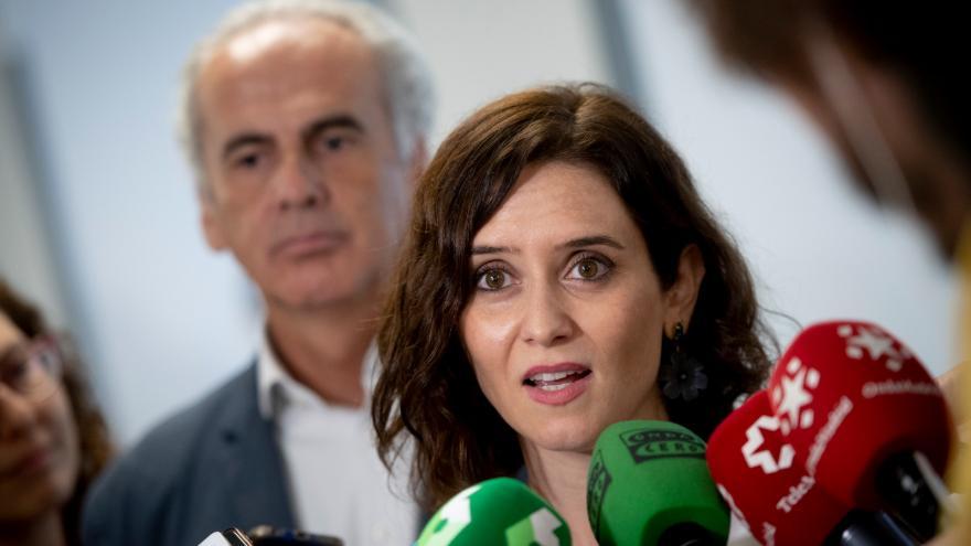 Isabel Díaz Ayuso atiende a los medios de comunicación