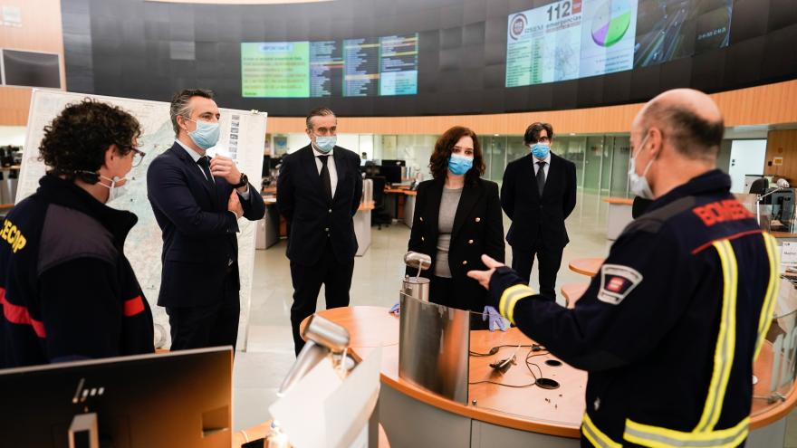 Isabel Díaz Ayuso durante su visita a las instalaciones de la Agencia de Seguridad y Emergencias Madrid 112
