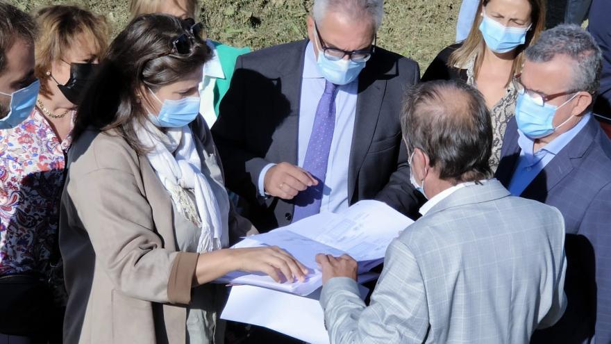 El consejero mirando unos planos con el equipo de gobierno del municipio
