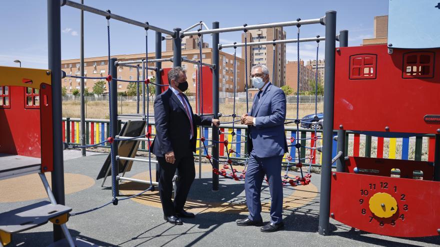 El consejero y el alcalde del municipio en un parque infaltil