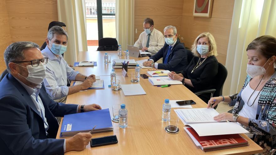 Concepción Dancausa durante su reunión con el delegado de Familias, Igualdad y Bienestar Social de la capital