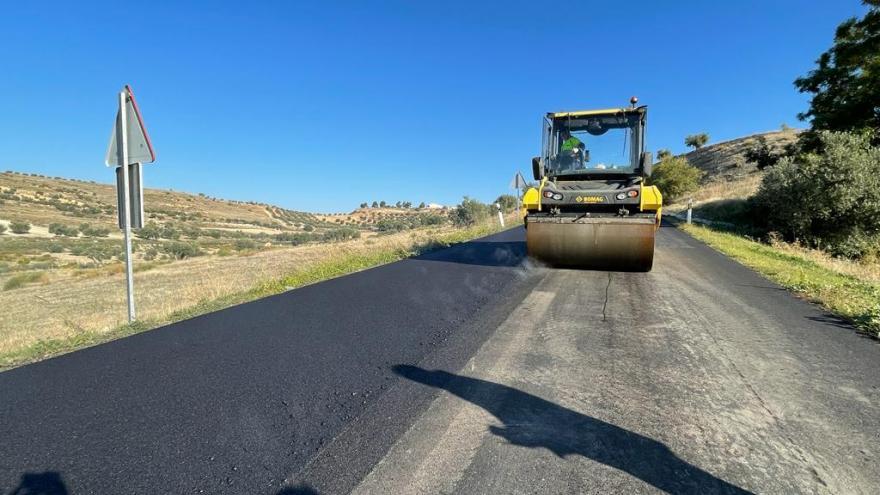 Maquinaria trabajando en el asfaltado