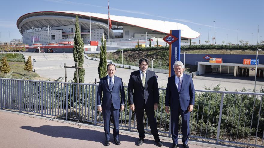 El consejero David Pérez junto al presidente del Atlético de Madrid y al concejal del Ayuntamiento de Madrid