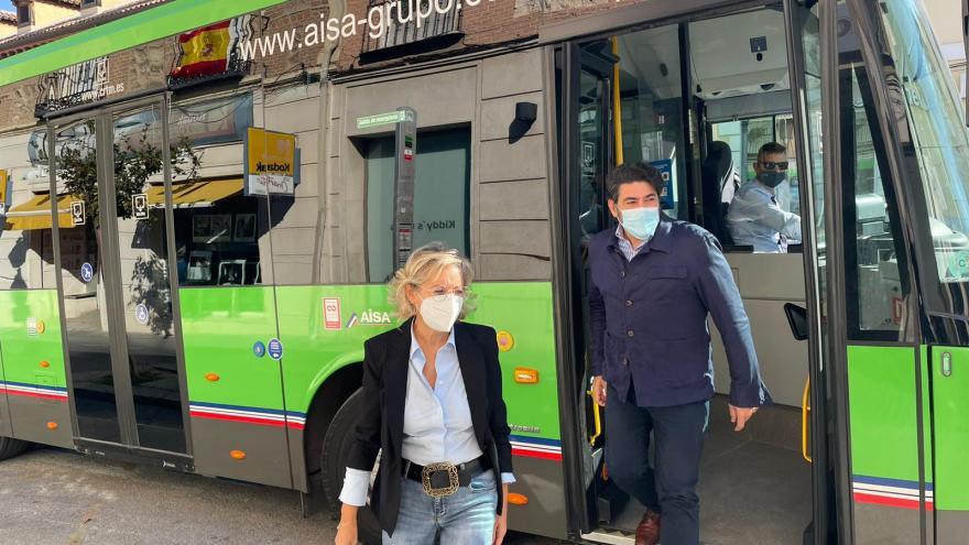 Personas bajando de un autobús