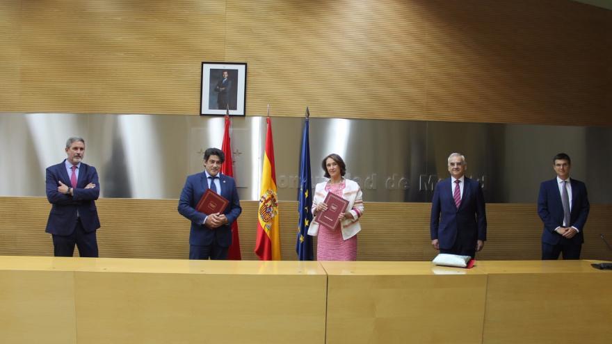 David Pérez durante la firma del convenio con la decana del Colegio Oficial de Registradores de la Propiedad de Madrid