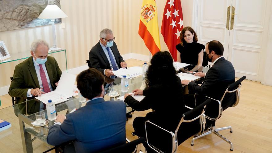 La presidenta en la mesa con las personas de la reunión