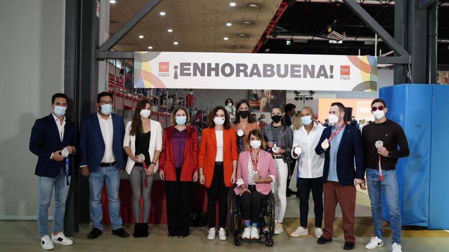 Foto con algunos de los deportistas olímpicos de la presidenta y la consejera de deportes