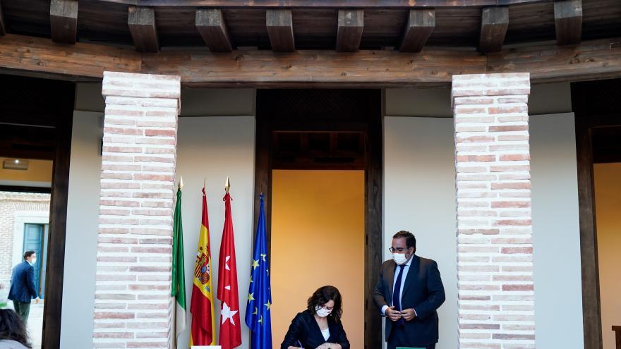 La presidenta firmando en el libro de visitas del municipio junto con el alcalde de la localidad