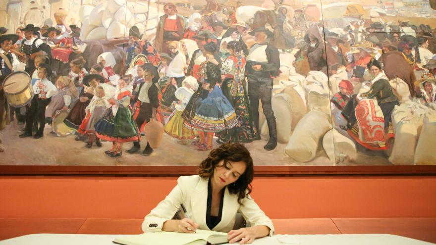 La presidenta firmando en el libro de visitas de la Hispanic Society
