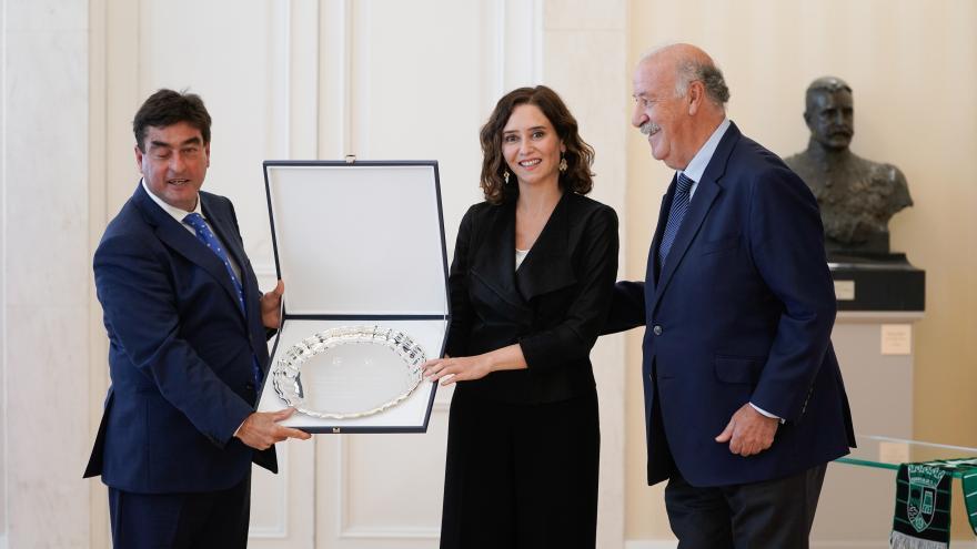 La presidenta con el galardón recibido entre las manos junto a Vicente del Bosque y el alcalde de Alalpardo-Valdeolmos