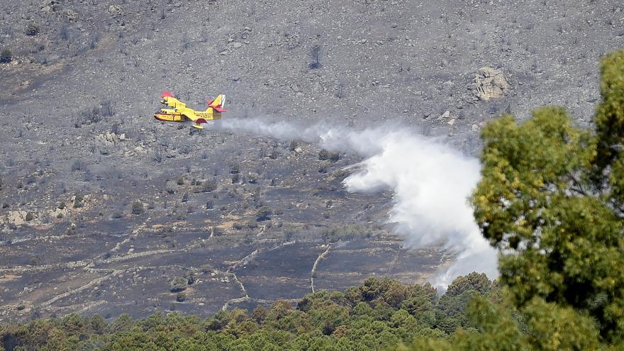 Avión extinguiendo el incendio
