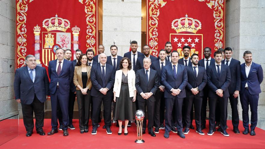 Díaz Ayuso felicita al Real Madrid de Baloncesto en la Real Casa de Correos