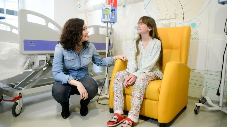 Díaz Ayuso junto a una paciente en su visita al Hospital Niño Jesús