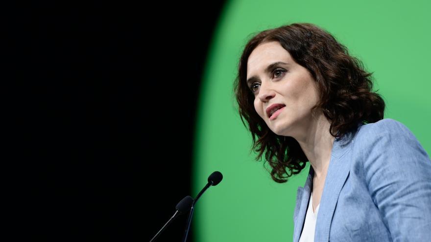 Isabel Díaz Ayuso hablando a pie de micro