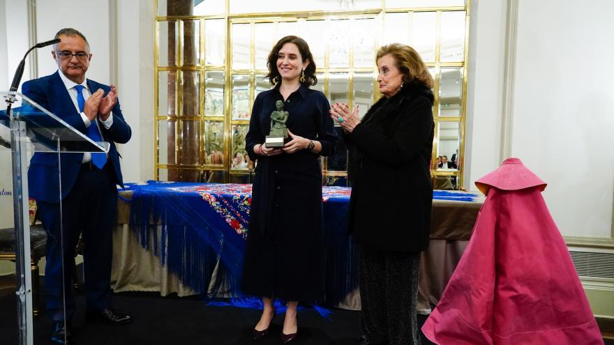 Díaz Ayuso sujetando el premio