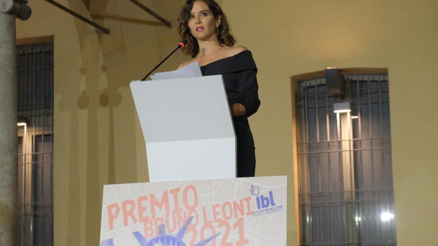 La presidenta interviniendo en el atril del evento