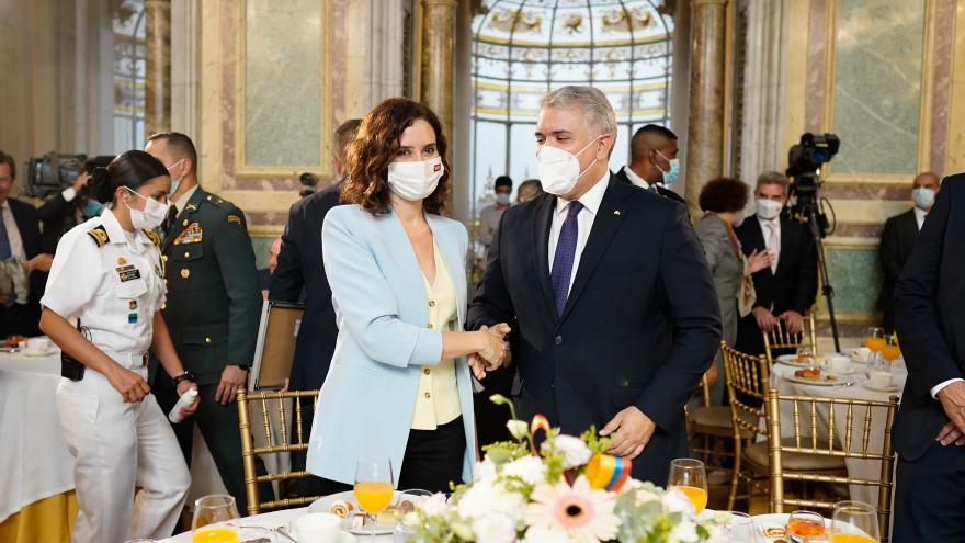 La presidenta estrechando la mano del presidente de Colombia