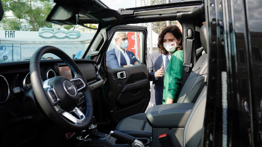 La presidenta mirando un vehículo