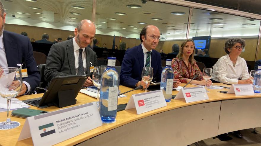 Eduardo Sicilia mesa de reunión