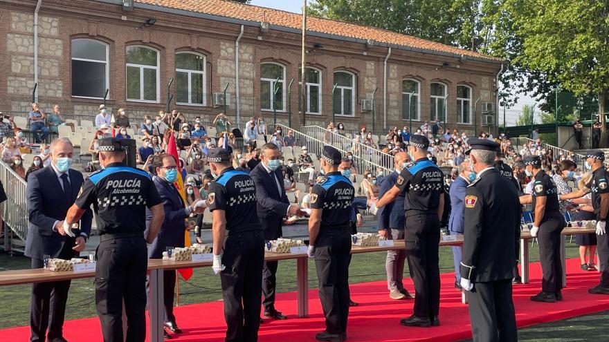 El consejero junto con el resto de miembros en fila hacen entrega los diplomas a los aspirantes y agentes de Policía Local