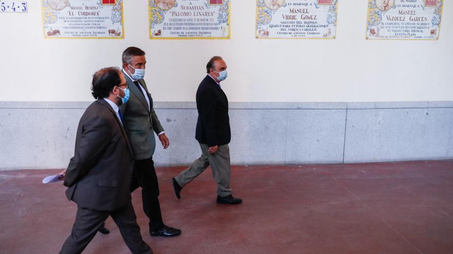 Enrique López caminando por un pasillo de la Plaza de Las Ventas