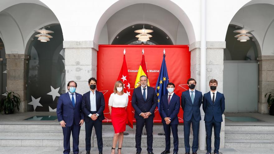 Foto de familia del acto de la recepción de los finalistas del circuito de novilladas detrás banderas de España, Comunidad de Madrid y Europa