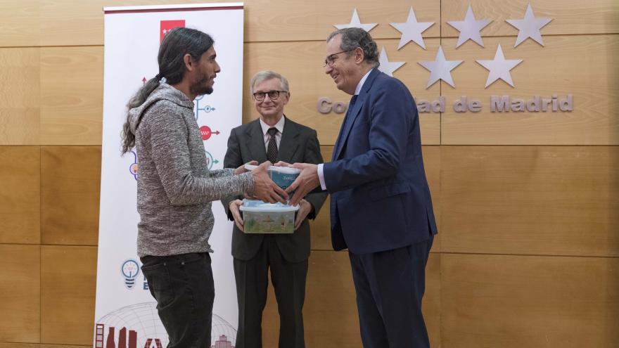 Enrique Ossorio durante la entrega de los kits del programa 'RetoTech_Fundación Endesa'