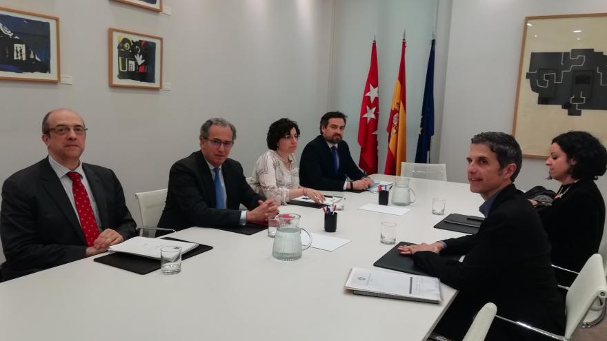 Enrique Ossorio durante la reunión con el alcalde de Alcalá de Henares