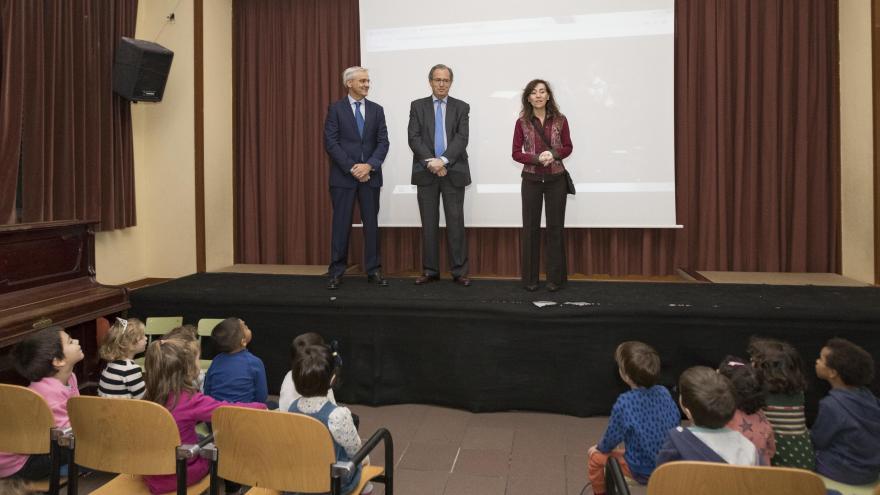 Enrique Ossorio durante su visita al colegio público Nuestra Señora de la Paloma