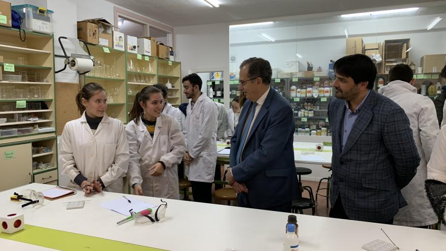 Enrique Ossorio durante su visita al instituto Rosa Chacel
