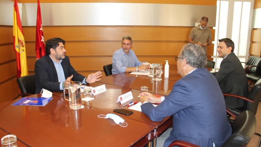 Enrique Ossorio y David Pérez durante la reunión en la que han abordado los retos de la juventud en el acceso a la vivienda