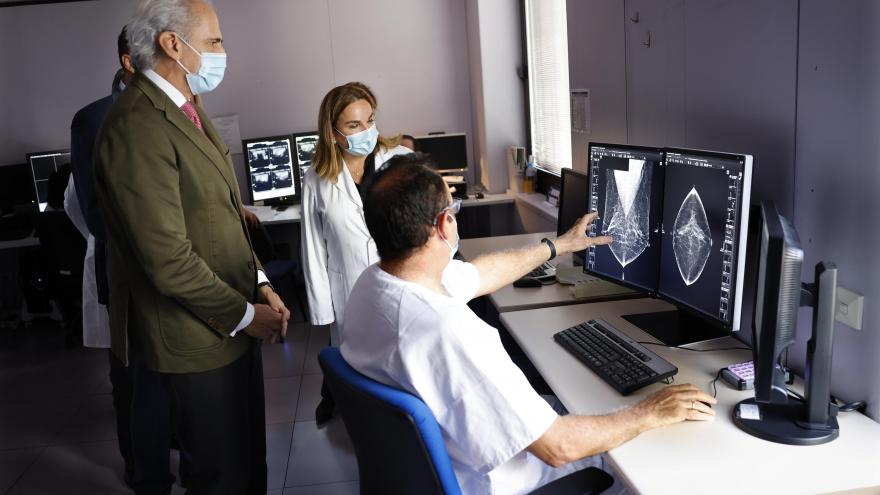 el consejero junto al equipo médico mirando una mamografía