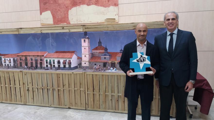 Enrique Ruiz Escudero visitando el belén ganador en la categoría de Hospitales