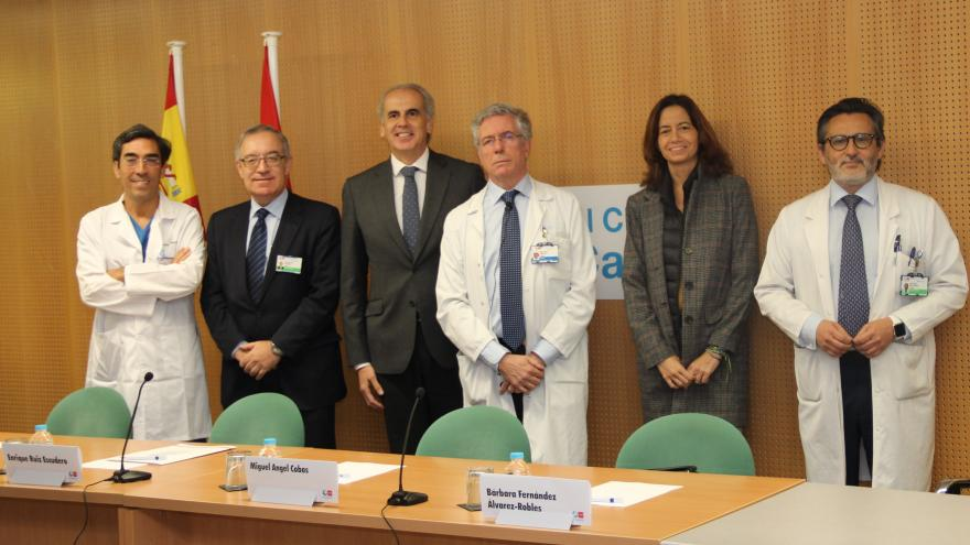 Enrique Ruiz Escudero junto al cardiólogo del Hospital Clínico San Carlos