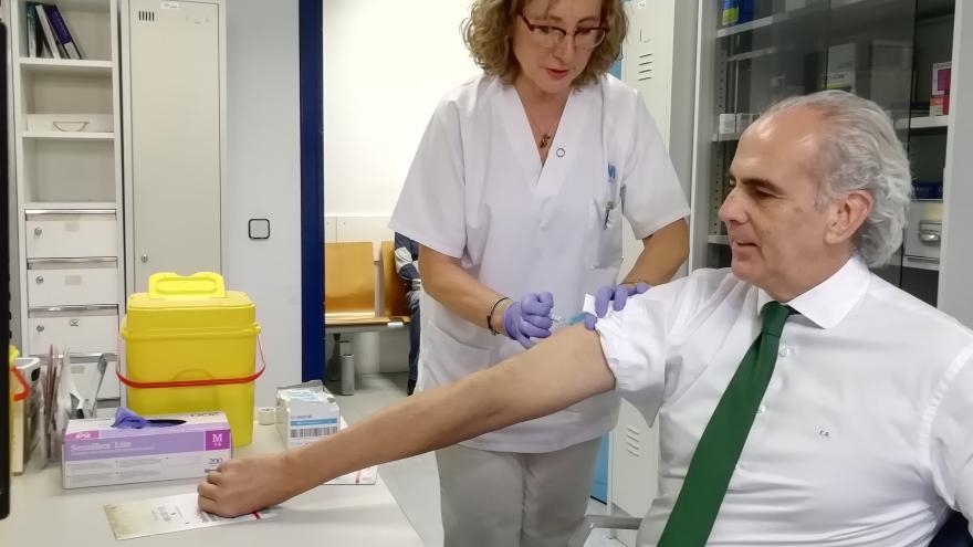 Enrique Ruiz Escudero, se vacuna frente a la gripe en su Centro de Salud