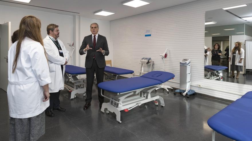 Enrique Ruiz Escudero durante su visita a la nueva Unidad de Atención al Usuario del Centro de Salud Sanchinarro