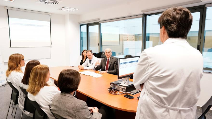 Enrique Ruiz Escudero visitando el Servicio de Oncología Médica del Hospital Puerta de Hierro